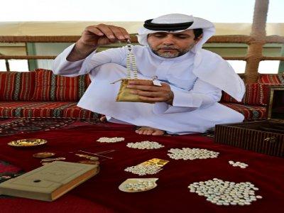 Abdallah al-Souwaidi expose des perles de culture produites dans sa ferme près de Ras al-Khaimah, aux Emirats, le 31 octobre 2019 - GIUSEPPE CACACE [AFP]