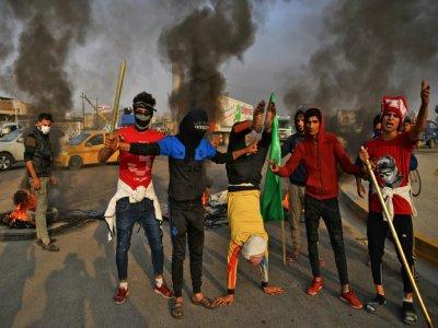 Des manifestants irakiens bloquent une route dans la ville irakienne de Najaf (sud), le 27 novembre 2019 - Haidar HAMDANI [AFP]