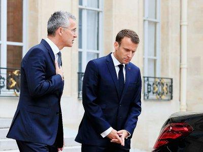 Le secrétaire général de l'Otan Jens Stoltenberg (g) et le président français Emmanuel Macron à l'Elysée, le 15 mai 2018 à Paris - GONZALO FUENTES [POOL/AFP/Archives]