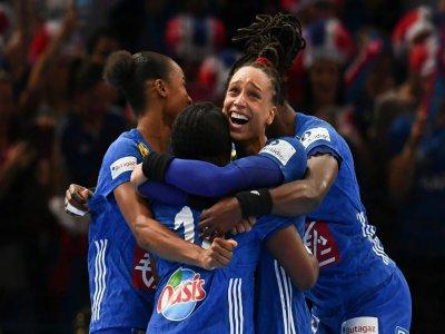 La pivot des Bleues de hand Béatrice Edwige (c) est congratulée par ses coéquipières après le match contre la Russie en finale de l'Euro-2018, le 16 décembre 2018 à Paris - FRANCK FIFE [AFP/Archives]
