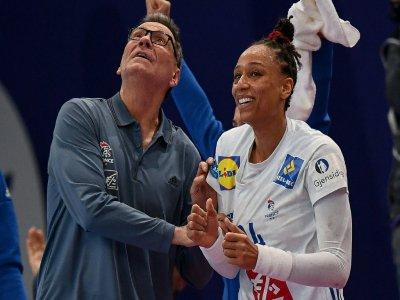L'entraîneur des Bleues de hand Olivier Krumbholz (g) et Allison Pineau lors du match contre les Pays-Bas à l'Euro-2018, le 14 décembre 2018 - FRANCK FIFE [AFP/Archives]