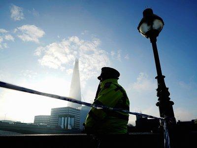 Un policier en faction près du London Bridge, le 30 novembre 2019 au lendemain d'une attaque  au couteau    Niklas HALLE'N [AFP]