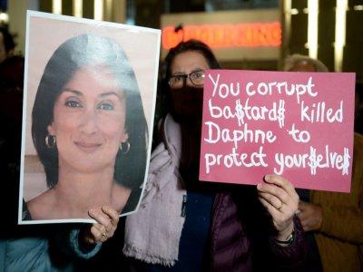 Une manifestante brandit un portrait de la journaliste maltaise assassinée Daphné Caruana Galizia, lors d'une manifestation devant le Parlement, le 27 novembre 2019 à La Valette. - Matthew Mirabelli [AFP]