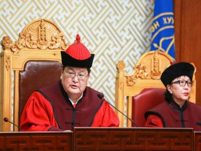 Le président de la de la Cour suprême de Mongolie Odbayar Dorj (à gauche) lors d'une conférence à Oulan-Bator le 22 octobre 2019    Byambasuren BYAMBA-OCHIR [AFP]