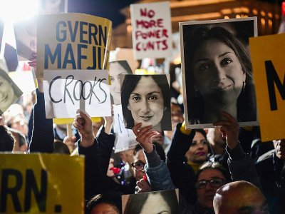 Des portraits de la journaliste tuée Daphne Caruana Galizia lors d'une manifestation, le 29 novembre 2019 à La Valette, à Malte - STRINGER [AFP]