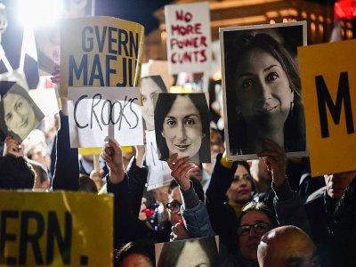 Des portraits de la journaliste tuée Daphne Caruana Galizia lors d'une manifestation, le 29 novembre 2019 à La Valette, à Malte    STRINGER [AFP]