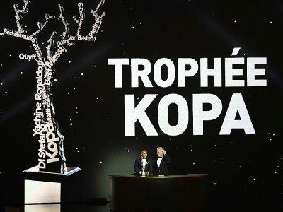 L'attaquant français Kylian Mbappé reçoit le trophée Raymond Kopa à Paris le 3 décembre 2018 - FRANCK FIFE [AFP/Archives]