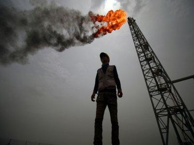 Un employé se tient devant une installation du champ pétrolier et gazier de Zoubeir, dans la province de Bassora (sud de l'Irak), le 9 mai 2018    HAIDAR MOHAMMED ALI [AFP/Archives]