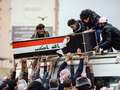 Des manifestants portent le cercueil d'un des leurs, tué durant les rassemblements contre le pouvoir, le 28 novembre 2019 à Najaf, au sud de Bagdad    Haidar HAMDANI [AFP/Archives]