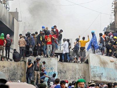 Des manifestants irakiens lors de heurts avec les forces de sécurité, le 28 novembre 2019 à Bagdad    AHMAD AL-RUBAYE [AFP/Archives]