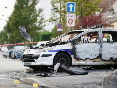 Un véhicule de police incendié à Viry-Châtillon dans l'Essonne après l'attaque de la voiture de patrouille le 8 octobre 2016    Thomas SAMSON [AFP/Archives]