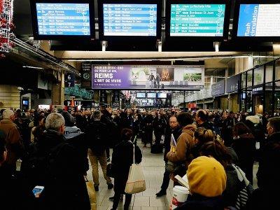 Des usagers à la gare Montparnasse, le 4 décembre 2019 à Paris, à la veille d'une grève nationale sur la réforme des retraites - Thomas SAMSON [AFP]