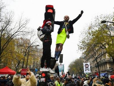Des manifestants contre la réforme des retraites, place de la Nation à Paris, le 6 décembre 2019 - Alain JOCARD [AFP]