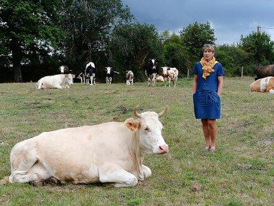 Christel Dauphin, de l'association Solidarité Paysans, dans la ferme de Jean-Pierre et Stella R. à Argentre, près de Laval, le 13 août 2019.    JEAN-FRANCOIS MONIER [AFP]