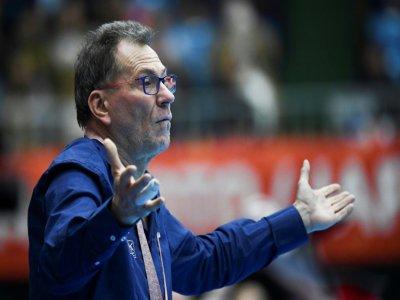"""Le sélectionneur des Bleues Olivier Krumbholz a reconnu avoir pris une """"bonne claque"""" après l'élimination des Mondiaux, ici le 6 décembre à Kumamoto    CHARLY TRIBALLEAU [AFP]"""