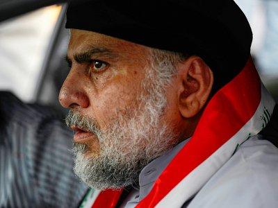 Le leader chiite irakien Moqtada Sadr conduisant une voiture pour rejoindre les manifestations antigouvernementales dans la ville sainte de Najaf, centre de l'Irak, le 29 octobre 2019 - - [AFP]