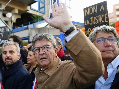 Le leader de la France insoumise Jean-Luc Mélenchon (c) arrive au tribunal avec les députés Alexis Corbière (g) et Eric Coquerel (d), le 19 septembre 2019 à Bobigny    CHRISTOPHE ARCHAMBAULT [AFP/Archives]