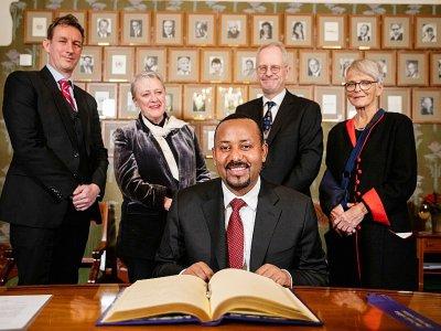 Le Premier ministre éthiopien Abiy Ahmed Ali (c) signe le registre Nobel, en présence des membres du Comité Nobel, le 9 décembre 2019 à Oslo, en Norvège    Tore Meek [NTB Scanpix/AFP]