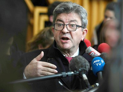 Le chef de file de La France Insoumise (LFI)  Jean-Luc Melenchon commente sa condamnation à trois mois de prison avec sursis le 9 décembre au tribunal de Bobigny - STEPHANE DE SAKUTIN [AFP]