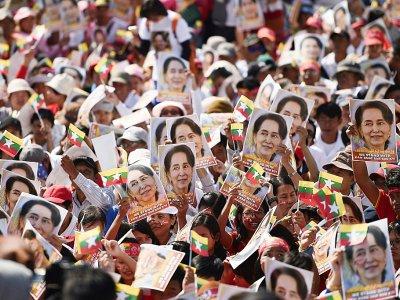 Des photos de la dirigeante birmane Aung San Suu Kyi lors d'un rassemblement de soutien, la 10 décembre 2019 à Rangoun    Ye Aung THU [AFP]