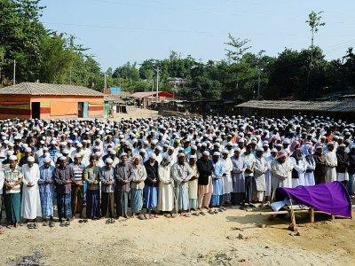 Des hommes Rohingya prient lors d'un enterrement au camp de réfugiés de Hakimpara, le 9 décembre 2019 à Ukhia, au Bangladesh    MUNIR UZ ZAMAN [AFP]