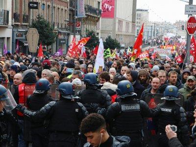 Sous la pression des manifestants, les gendarmes mobiles ont dû laisser le champ libre, rue Jeanne-d'Arc. - Pierre Durand-Gratian