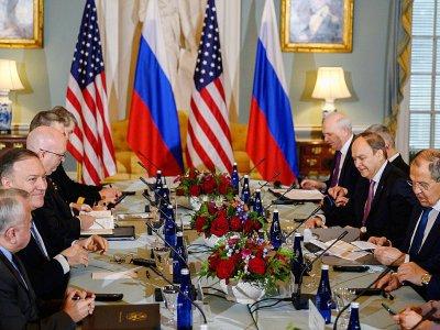 Le secrétaire d'Etat américain Mike Pompeo (2è g) et son homologue russe Sergueï Lavrov (d), au Département d'Etat à Washington, le 10 décembre 2019    ANDREW CABALLERO-REYNOLDS [AFP]