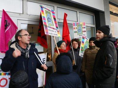 L'intersyndicale FSU, Sud éducation et FO et des personnelsenseignantsse sont réunis mercredi 11 décembre devant la permanence de la députée LREM Sonia Krimi, à Cherbourg. - Marthe Rousseau