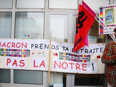 """""""Macron prends ta retraite pas la nôtre"""", pouvait-on lire sur une banderole accrochée sur la façade de la permanence de la députée Sonia Krimi, au 52 boulevard Robert-Schuman à Cherbourg. - Marthe Rousseau"""