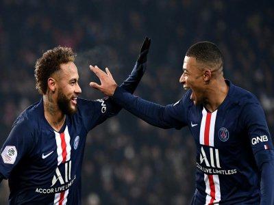 Les attaquants du PSG Neymar et Kylian Mbappé se congratulent après un but contre Nantes, le 4 décembre 2019 au Parc des Princes - FRANCK FIFE [AFP/Archives]