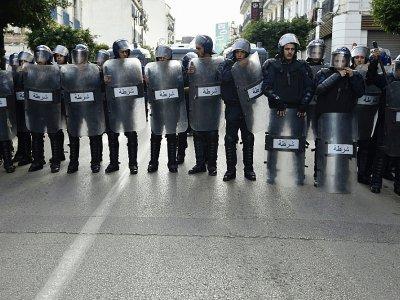 Des policiers algériens durant une manifestation à Alger le 10 décembre 2019    RYAD KRAMDI [AFP]