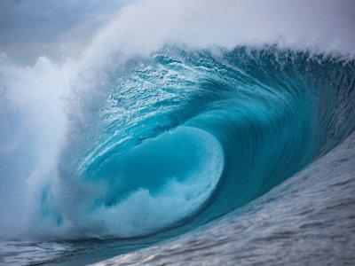 La vague émeraude de Teahupoo, à Tahiti, lors d'une étape du circuit professionnel de surf, le  28 août 2019    brian bielmann [AFP/Archives]