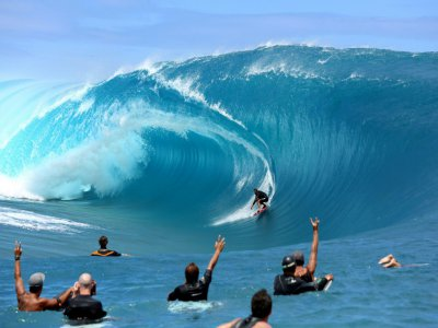 La vague de Teahupoo est prisée par les surfeurs, comme ici le Tahitien Tikanui Smith, le 11 septembre 2014    GREGORY BOISSY [AFP/Archives]