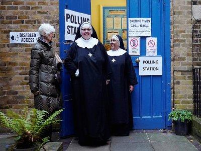 Des religieuses sortent d'un bureau de vote pour les élections britanniques, à Londres le 12 décembre 2019    Niklas HALLE'N [AFP]