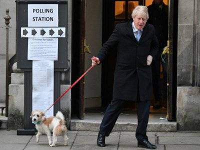 Boris Johnson et son chien Dilyn quittent le bureau de vote, à Londres le 12 décembre 2019