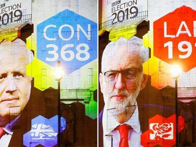 Capture d'écran des  résultats sortie des urnes de la BBC projetés sur l'immeuble de la BBC à Londres, le 12 décembre 2019    Tolga Akmen [AFP]