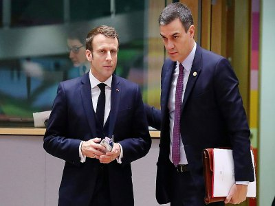 Le président Emmanuel Macron avec le Premier ministre espagnol Pedro Sanchez, à leur arrivée au Sommet européen de Bruxelles le 13 décembre 2019    ARIS OIKONOMOU [AFP]
