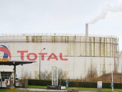 La raffinerie Total de Gonfreville-l'Orcher, près du Havre, après un incendie qui s'est décalré dans la nuit, le 14 décembre 2019    JEAN-FRANCOIS MONIER [AFP]
