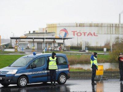 Des gendarmes devant la raffinerie Total de Gonfreville-l'Orcher, près du Havre, après un incendie qui s'est décalré dans la nuit, le 14 décembre 2019    JEAN-FRANCOIS MONIER [AFP]
