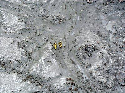 Des soldats recherchent les corps de victimes de l'éruption du volcan sur l'île de White Island, le 13 décembre 2019 en Nouvelle-Zélande - Handout [NEW ZEALAND DEFENCE FORCE/AFP]