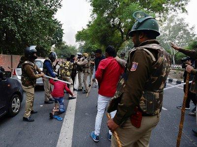 Des manifestants qui dénoncent la loi sur la citoyenneté à New Delhi font face à des policiers, le 15 décembre 2019 - STR [AFP]