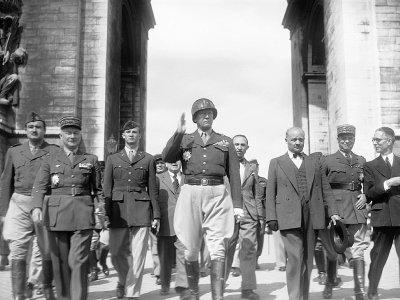 Le général américain George Patton (main levée au centre) à Paris le 17 août 1945    PIGISTE [AFP/Archives]