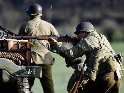 Des hommes habillés en soldats américains de la Seconde Guerre mondiale lors d'une reconstitution de la bataille des Ardennes à Hardigny (Belgique) le 15 décembre 2019    JOHN THYS [AFP]
