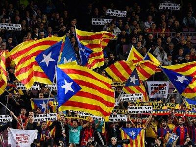 Des supporters du FC Barcelone agitent des drapeaux pour l'indépendance de la Catalogne, le 5 novembre 2019 dans le stade Camp Nou à  Barcelone    Josep LAGO [AFP/Archives]