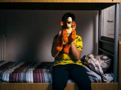 """Un jeune garçon au foyer """"Chez Pinocchio"""", qui accueille une vingtaine de jeunes, de 7 à 18 ans, le 7 novembre 20196 à Bucarest - Andrei PUNGOVSCHI [AFP]"""