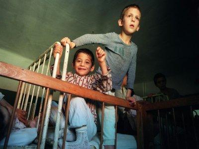 Des enfants dans un orphelinat, le 14 octobre 1990 à Buchea, à 150 km de Bucarest, en Roumanie - JOEL ROBINE [AFP/Archives]