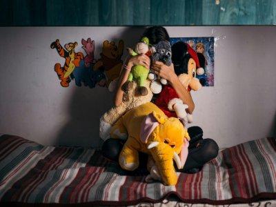 """Une enfant au foyer """"Chez Pinocchio"""", qui accueille une vingtaine de jeunes, de 7 à 18 ans, le 7 novembre 20196 à Bucarest - Andrei PUNGOVSCHI [AFP]"""