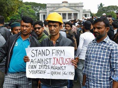 Des manifestants se rassemblent malgré une interdiction pour protester contre la nouvelle loi sur la citoyenneté en Inde qu'ils jugent discriminatoire envers les musulmans, à Bangalore le 19 décembre 2019    Manjunath Kiran [AFP]