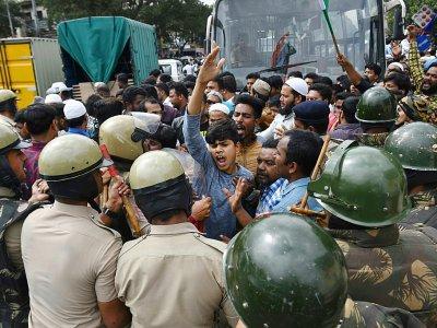 Des policiers devant des manifestants en Inde qui se rassemblent dans la rue malgré l'interdiction pour protester contre la nouvelle loi sur la citoyenneté, à Bangalore le 19 décembre 2019    Manjunath Kiran [AFP]