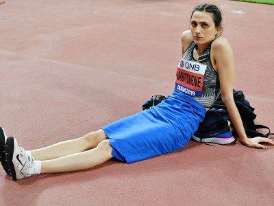 La triple championne du monde de saut en hauteur Maria Lasitskene prend une pause lors des Mondiaux d'athlétisme à Doha, le 30 septembre 2019 - ANDREJ ISAKOVIC [AFP/Archives]